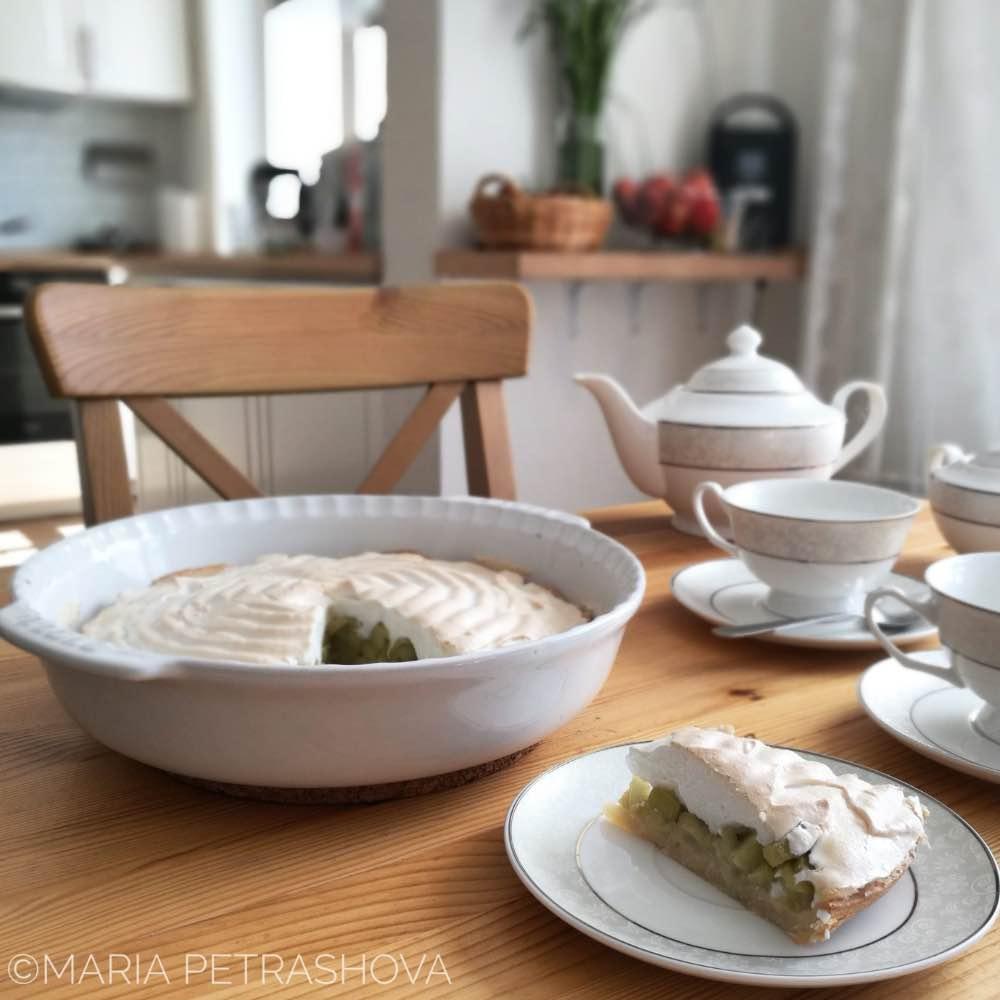 Летний пирог с ревенем и безе фото