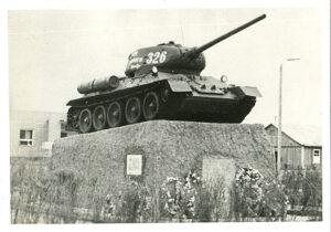 Мария Октябрьская – вышивальщица и её танк